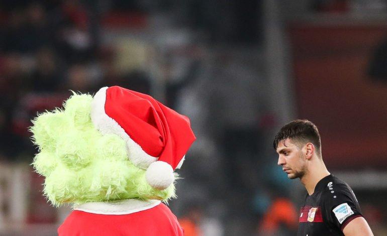 Alexander Dragovic steht im Leverkusener Trikot auf dem Fußballplatz