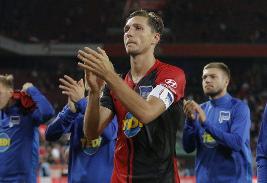 Niklas Stark beklatscht mit seinen Kollegen die Fans