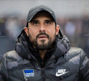 Alexander Nouri mit Cap und dicker Jacke hat den Blick nach vorne gerichtet