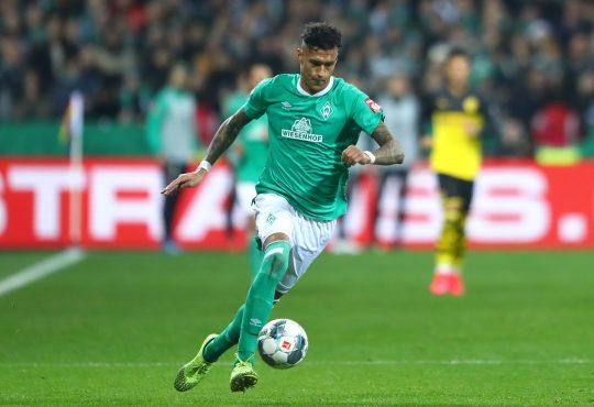 Davie Selke im Werder Bremen Trikot im Sprint mit Ball