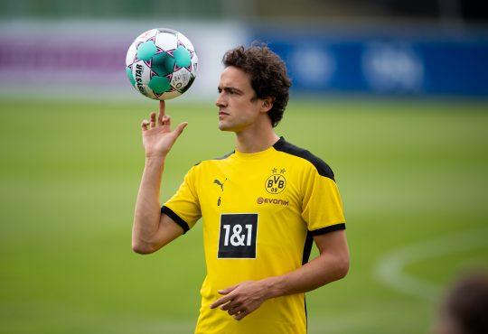 Thomas Delaney dreht einen Fussball auf seinem Finger