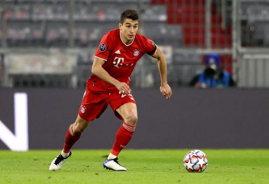Marc Roca im Trikot von Bayern München mit Ball am Fuß