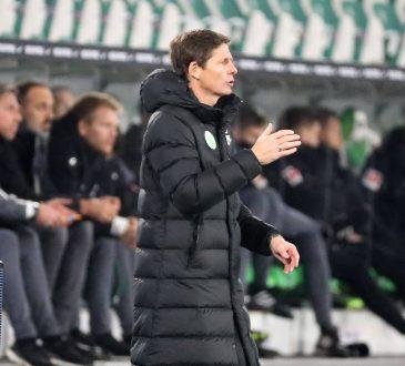 Wolfsburg-Trainer Oliver Glaser mit Mantel an der Seitenlinie
