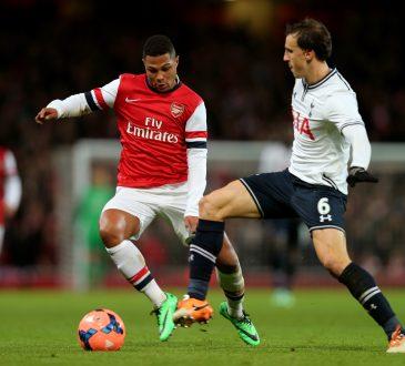 Serge Gnabry im Trikot des FC Arsenal London bei einem Zweikampf