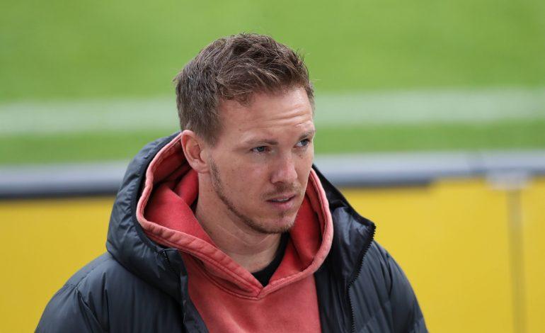 Trainer Nagelsmann mit orangenem Kapuzenpulli und schwarzer Jacke