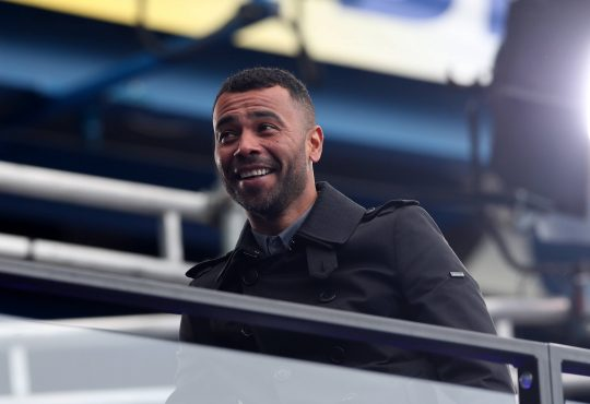 Ashley Cole mit Mantel auf der Tribüne