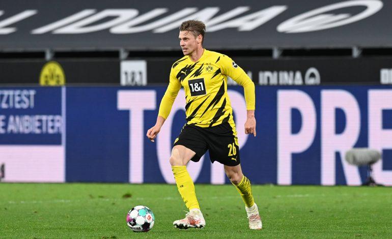 Der Dortmunder Fußballer Lukasz Piszcek mit Blick nach oben und Ball am Fuss