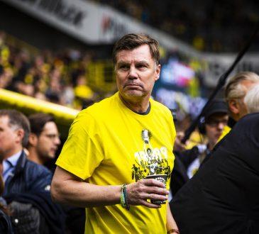 Thomas Helmer (ehemals BVB) wird vor dem Spiel, gemeinsam mit den DFB Pokalsiegern von 1989 geehrt